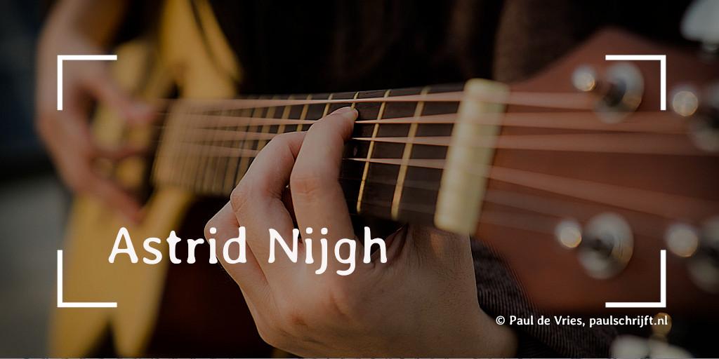 Een gitaarspeler bij de column over Astrid Nijgh (ik doe wat ik doe) van Paul Schrijft foto Quoc Bao Pexels