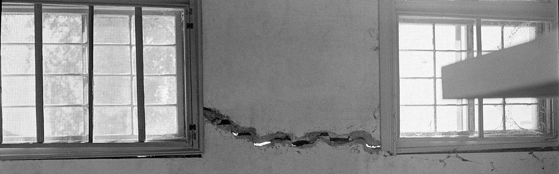 Vervallen lokaal in zwart-wit