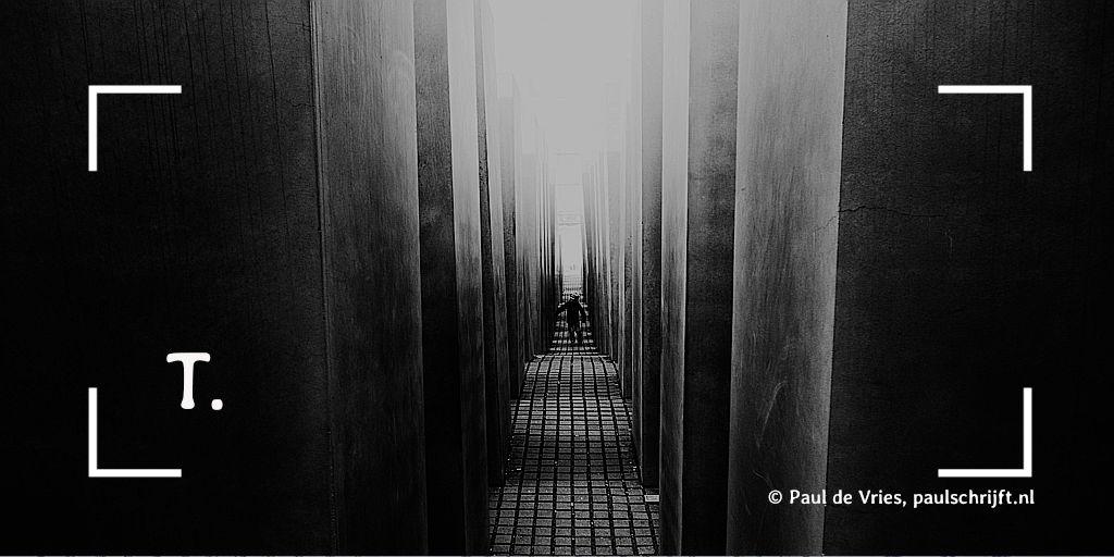 Lange smalle donkere gang van Georgie Pauwels bij het versje 'T.' (Kloppen met Teus) van Paul Schrijft