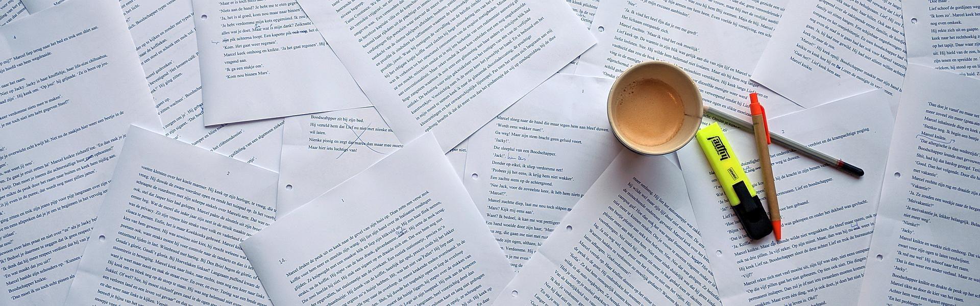 Manusscript met een kopje koffie - Marcel van Paul de Vries