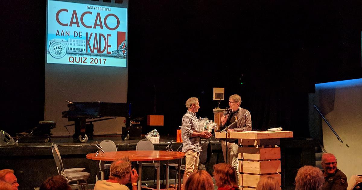 Paul de Vries neemt de eerste prijs in ontvangst van juryvoorzitter Wim Daniëls voor de schrijfwedstrijd cacao aan de kade in Helmond.