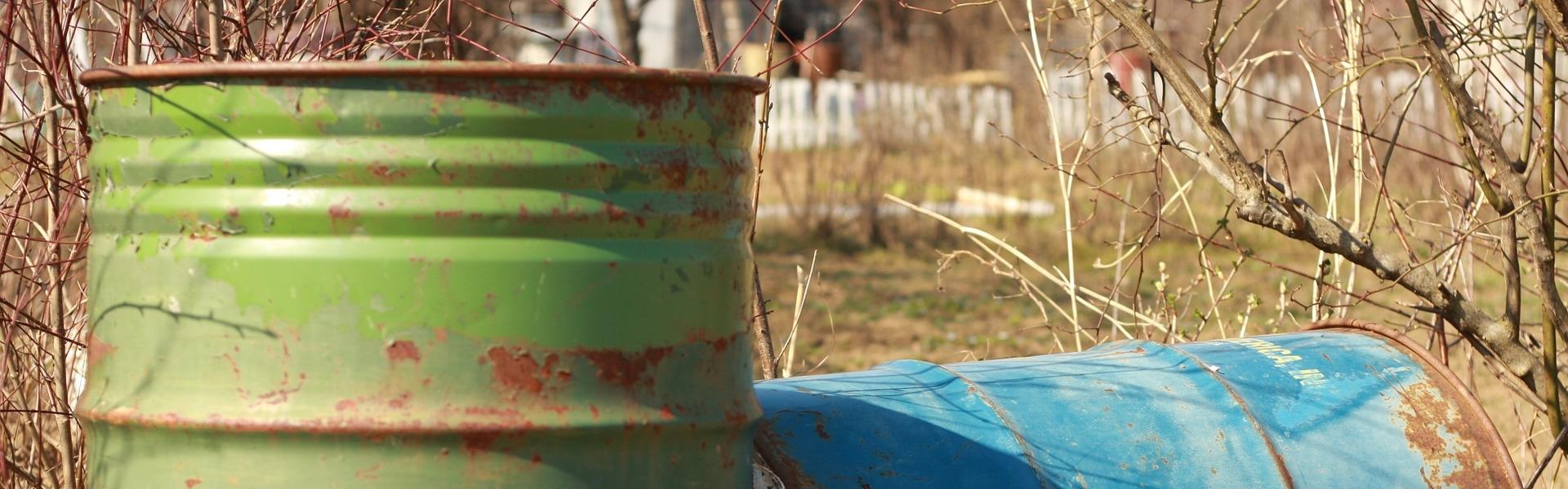 Roestige olievaten, foto Ivan Ilijas