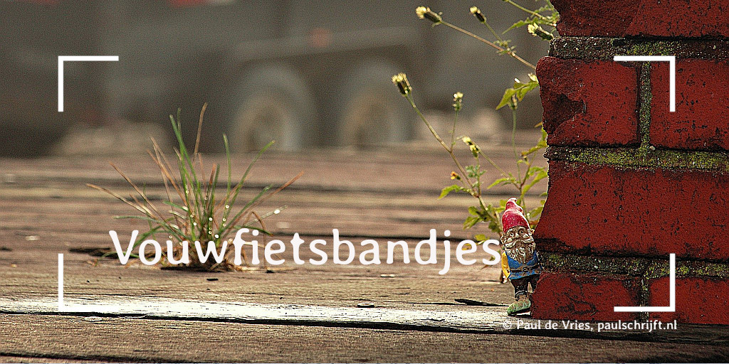 Kabouter die om een hoekje kijkt bij het versje 'vouwfietsbandjes' van Paul Schrijft. Foto: Rob Swatski op Flickr